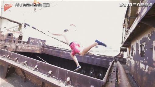 玩家從船上跳到拉起的繩索上