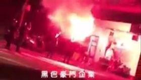 台北市興隆路三段公寓出現黑衣人叫囂並點燃信號彈之情形(翻攝臉書社團《黑色豪門企業》)