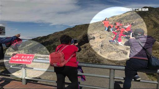 無視禁止告示!大媽團爬武嶺懸崖拍照SOT南投,武嶺,禁止攀爬,墜崖,大媽,拍照,警告