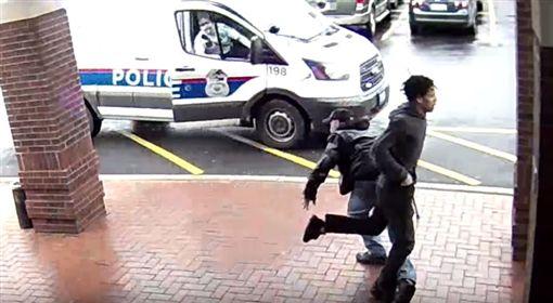 美國俄亥俄州一名持槍嫌犯與警方上演追逐戰,一名拄著拐杖的爺爺比爾(Bill)看到後,伸出右腿絆倒嫌犯「神助攻」,讓警方成功逮到嫌犯。事後警方非常感謝比爾的協助,也謝謝他伸出右腿。(圖/翻攝自YouTube《Columbus Division of Police》)