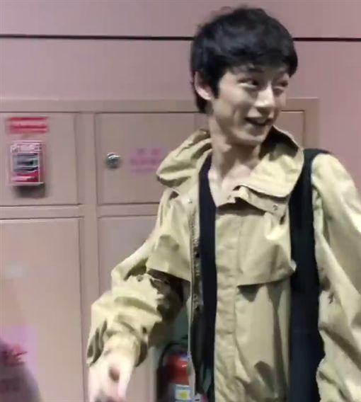 ▲坂口健太郎今天中午搭機來台宣傳電影。(圖/翻攝自YouTube)