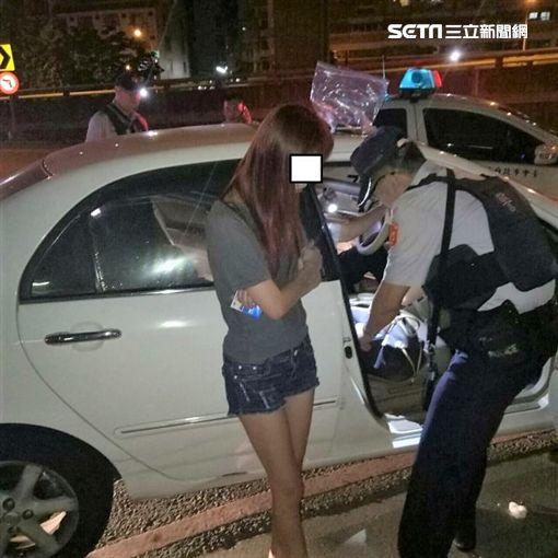 劉男將車違停在紅線上遭警盤查,熱褲妹王女隨即被搜出K盤、K他命及K菸等證物,訊後依毒品罪送辦(翻攝畫面)