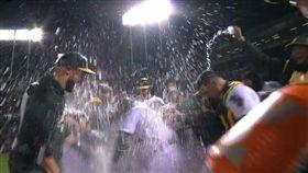 ▲Khris Davis擊出再見全壘打,隊友潑水慶祝。(圖/翻攝自比賽畫面)