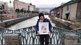 「抗癌正妹」施柏薇(薇薇)老公帶著她的照片出遊 臉書