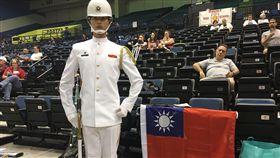 海軍儀隊員躋身國際大賽8強  高喊愛台灣海軍儀隊隊員蘇祈麟美東時間5日在世界儀隊錦標賽中,入圍八強。蘇祈麟說,完成比賽感覺很棒,「都快哭了」,他還以英文大喊「我愛台灣」。(林遵瀛醫師提供)中央社記者江今葉華盛頓傳真 107年5月6日