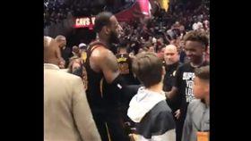 LeBron James賽後和兒子擊掌慶祝(圖/翻攝自騎士官方推特)
