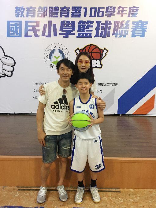 陶晶瑩女兒瘋籃球 邀球迷幫小球員加油藝人陶晶瑩(右後)與李李仁(左)的女兒李陶陶(前右)是安坑國小籃球隊的一員,將參加5月21日開打的106學年度國民小學籃球聯賽,這對銀色夫妻檔也邀請球迷一起進場幫小球員加油。中央社記者龍柏安攝  107年5月7日
