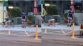 男子打赤膊僅穿著四角褲在大街上被遛,讓人傻眼。(圖/翻攝爆料公社)