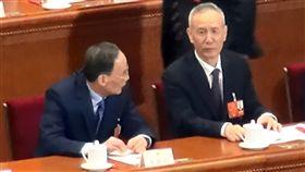 王岐山與劉鶴中國13屆全國人大一次會議11日下午以2958票贊成、2票反對、3票棄權、1票無效、16人缺席,通過憲法修正案,正式取消正副國家主席連任限制。傳出可能出任國家副主席的王岐山(左)及副總理的劉鶴(右)11日比肩而坐。中央社記者繆宗翰北京攝 107年3月11日