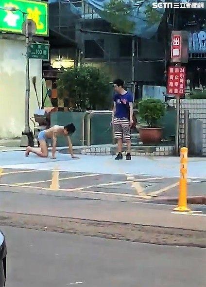 網紅「吃屎哥」游兆霖,這次在西門町只穿一條內褲,被人用鐵鍊拴住脖子,然後以狗爬方式前進(翻攝臉書)