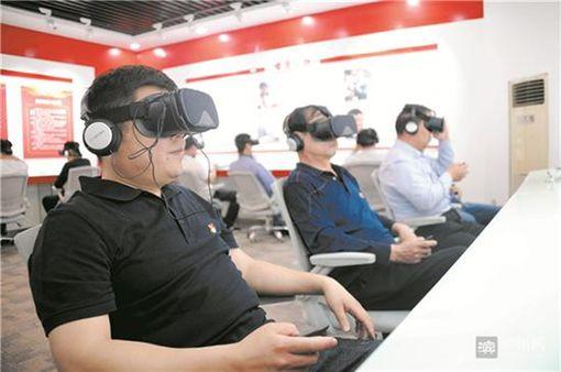 大陸山東鄒平青陽鎮首創虛擬場景「檢驗黨性」,黨員只要戴上上VR眼鏡和耳機回答題目,就能從分數判斷該黨員存在的問題。一名旅居德國的海外中文筆會會長廖天琪得知後,認為相當荒唐,直批「難道黨性也能跟檢查人體分泌物那樣檢測嗎?」(圖/翻攝自新浪新聞)