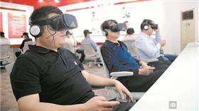 大陸山東鄒平青陽鎮首創虛擬場景「檢驗黨性」,黨員只要戴上VR眼鏡和耳機回答題目,就能從分數判斷該黨員存在的問題。不少網友得知後,紛紛認為官員的做法太荒唐,甚至還有網友調侃「下一步就是在大腦裡裝晶元了」。(圖/翻攝自新浪新聞)