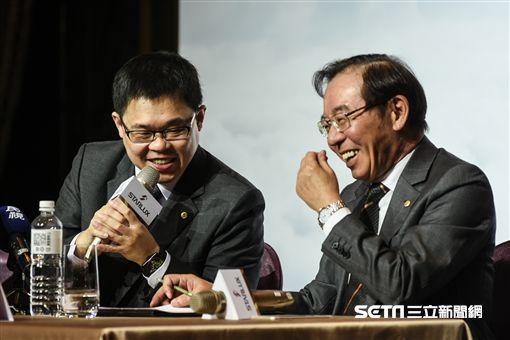星宇航空董事長張國煒、公關長聶國維主持成立記者會。 (圖/記者林敬旻攝)