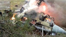 俄羅斯媒體報導,俄國國防部發布聲明說,俄國一架直升機昨夜在敘利亞墜毀,機上2名駕駛身亡。俄媒塔斯社(TASS)引述聲明報導:「俄國一架Ka-52直升機在敘利亞東部地區進行例行飛行時墜毀,2名駕駛身亡。」聲明指出,這起意外「可能是機械失靈所造成」,搜救團隊已尋獲遺體。(圖/翻攝自推特)