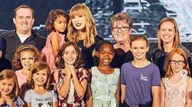 人美心也美!泰勒絲自掏腰包買披薩 邀2千小粉絲看演唱會(圖/翻攝自abbimolly Instagram)