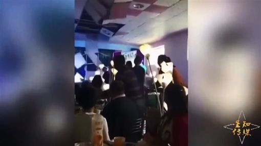 新娘丟捧花 一拋砸落整排天花板(圖/翻攝自許志永YouTube)