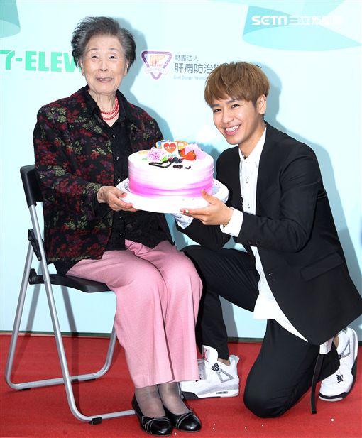 鼓鼓擔任「一日肝孫」獻身又獻聲,現場製作蛋糕贈送90高齡阿嬤,並陪11位獨居阿嬤完成健康任務。(記者邱榮吉/攝影)