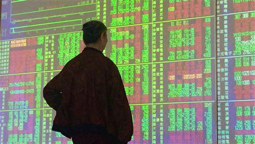 台股收復10700點關卡 漲11.97點台北股市9日開高後在平盤上震盪,收盤漲11.97點,為10703.35點,漲幅0.11%,成交金額新台幣1332.63億元。中央社記者董俊志攝 107年5月9日