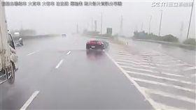 天雨路滑!藍寶堅尼國道失控上演「打水漂」 網笑水牛玩水 翻攝照片