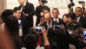 16:9 港首富李嘉誠退休 向記者揮手道別香港首富、長江集團主席李嘉誠(中間揮手者)16日宣布退休,圖為他在主持集團最後一次記者會後向記者揮手道別。中央社記者張謙香港攝 107年3月16日