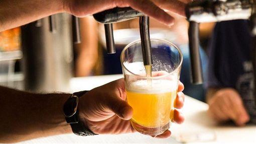 啤酒,灌酒,倒酒 示意圖/Pixabay ID-1353788