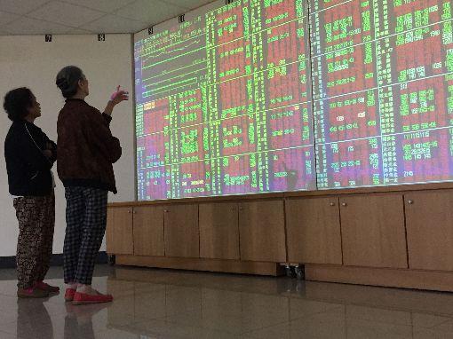 台股開高走高(1)台北股市10日開高走高,收盤漲56.86點,為10760.21點,漲幅0.53%,成交金額新台幣1380億元。中央社記者董俊志攝 107年5月10日