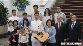 蔡英文總統接見獲得美國「世界儀隊錦標賽」第四名佳績的海軍儀隊上兵蘇祈麟,送吉他。(圖/記者盧素梅攝)