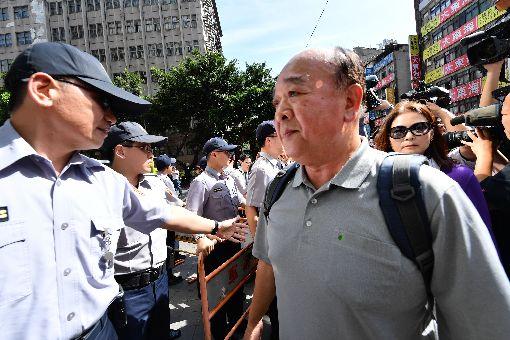 吳斯懷中正一分局報到退伍軍人團體八百壯士副指揮官吳斯懷(前右)10日下午到台北市中正一分局,為立法院外暴力事件接受約談。中央社記者王飛華攝 107年5月10日