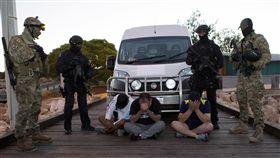 調查局提供情資 助澳洲破獲毒品走私案法務部調查局提供跨國毒品集團走私情資,助澳洲執法機關21日查獲重達約1.2公噸的甲基安非他命,並逮捕8名澳籍嫌犯。(調查局提供)中央社記者蕭博文傳真 106年12月22日