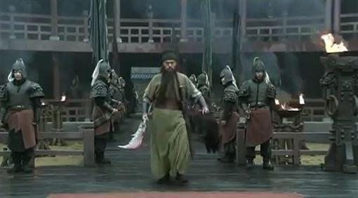 關羽斬華雄 電視劇新三國 翻攝自網路