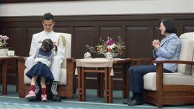 蔡英文總統接見海軍儀隊上兵蘇祈麟。(圖/總統府提供)