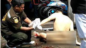 泰國曼谷有一名男子疑患有精神病,用刀將自己的手指頭切掉,隨後又跑到公寓裸奔,警方接獲報案後,立刻前來制止。目前該名男子送往醫院治療。(圖/翻攝自khaosod)