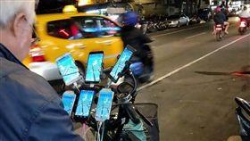 誰說寶可夢沒人玩?阿伯神手滑6手機 網讚嘆:比小智專業 圖/翻攝自爆廢公社臉書