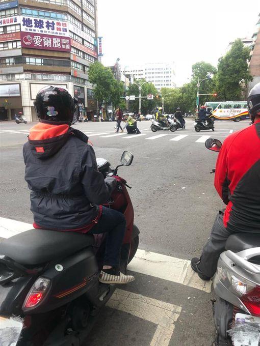 暖警揹老婆婆過馬路(翻攝自爆料公社)