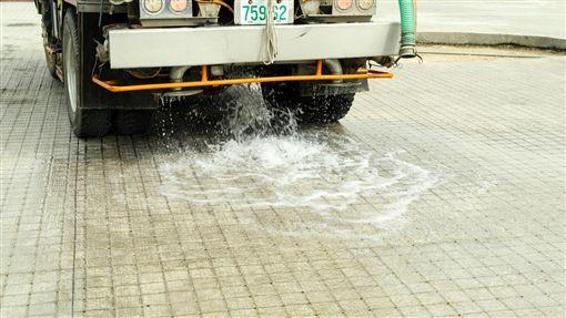 廣場使用會呼吸、吸收雨水的生態舖面。