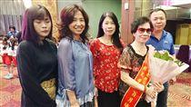 模範母親尋當年長髮女老師(1)台東縣政府11日表揚模範母親,在台東市經營鞋店的老闆娘翁月娥(右2)希望藉著模範母親表揚活動,尋找多年前帶著小孩到店裡買鞋子的女老師。中央社記者盧太城台東攝  107年5月11日