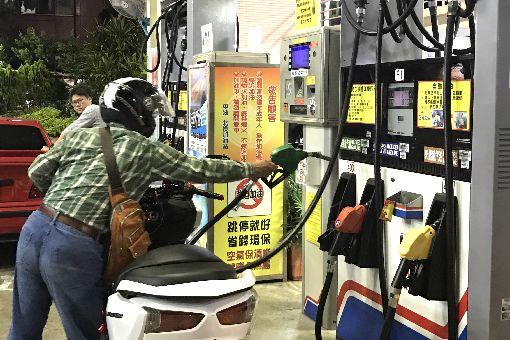 油價緩漲機制前 民眾先加滿油箱經濟部11日晚間公布油價平穩機制,根據中油浮動油價公式估算,下週汽油調整後95無鉛汽油每公升將突破新台幣30元大關;依緩漲機制計算,中油將吸收0.1元漲幅,不過還是有不少民眾選擇提前到加油站把油箱加滿。中央社記者徐肇昌攝 107年5月11日
