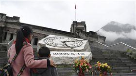 汶川地震10年 民眾駐足映秀地震遺址2018年清明節,民眾在四川省汶川縣映秀鎮的地震遺址前。時鐘雕塑的指針裂痕,記錄著2008年5月12日下午2時28分大地震發生的時刻。(中新社提供)中央社 107年5月12日