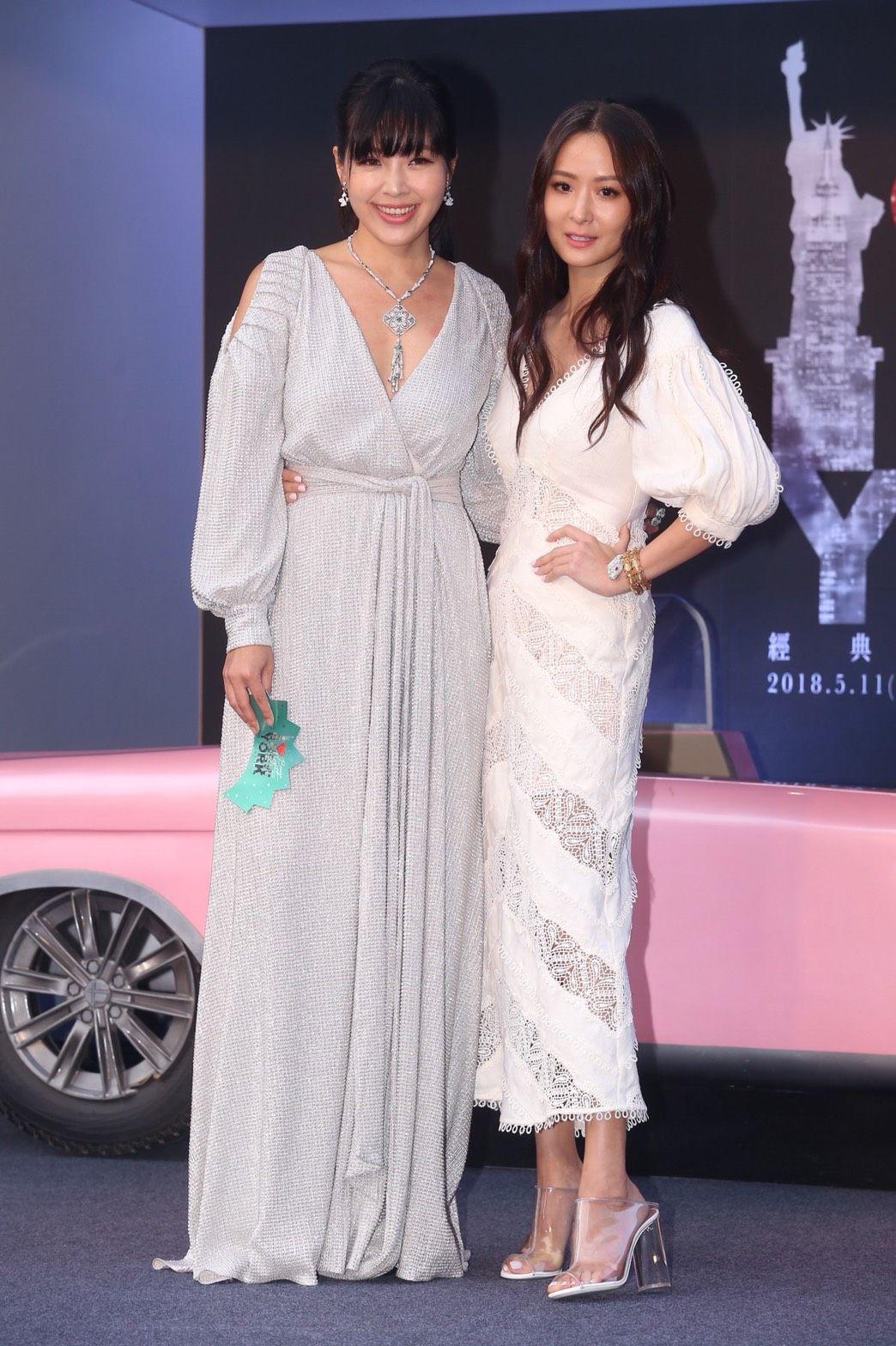 微風之夜廖曉喬(左)與孫芸芸紐約風連身低胸洋裝。(圖/記者蔡世偉攝影)