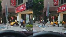 小黃運將為搶客起爭執,當街上演「劍道決鬥」網笑翻。(圖/翻攝爆料公社)