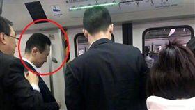 最近手頭緊?身家千億富豪搭地鐵 網:知道北京有多塞了吧(圖/翻攝自新浪娛樂微博)