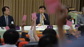 台大校務會議結果出爐(1)國立台灣大學12日召開臨時校務會議討論校長遴選案後續因應,經冗長討論並針對校務會議代表的各種提案逐一表決,最後以77票贊成、30票反對、3票空白通過,將要求教育部依法「儘速發聘」,必要時將尋求救濟。中央社記者孫仲達攝 107年5月12日