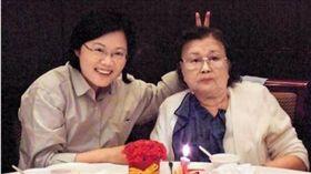 總統蔡英文與母親張金鳳合影。(翻攝蔡英文臉書)