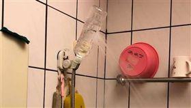 洗澡,蓮蓬頭,寶特瓶,萬事通,生活智慧王,塑化劑(圖/翻攝自爆廢公社)