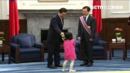 2013-11-14馬英九贈勳羅志強,羅志強2名年幼女兒也到處跑。(圖/資料照)