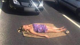 出門遊玩難免會碰上塞車,你碰到塞車都如何打發時間呢?英國M62號公路日前發生事故,造成嚴重塞車,有一名女駕駛受不了,直接拿毛巾鋪在公路上開始曬「日光浴」,不少網友看到後,紛紛驚呼「太狂了!」(圖/翻攝自METRO)