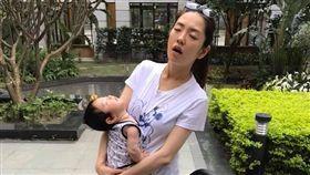 楊千霈學娃寶睡覺的姿態十分逗趣。(圖/翻攝自臉書)
