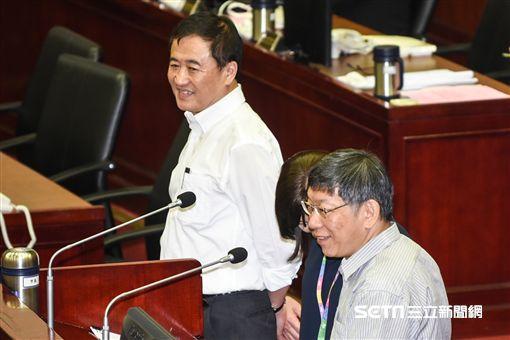 台北市長柯文哲出席市議會專案報告,副市長陳景峻備詢。 (圖/記者林敬旻攝)