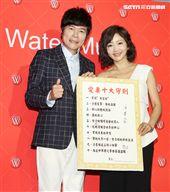 洪榮宏與愛妻張瀞云簽屬「愛妻十大守則」。(記者邱榮吉/攝影)