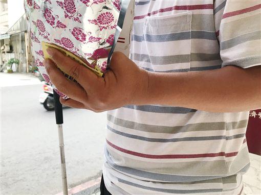 全盲視障人士街賣(記者郭奕均攝影)